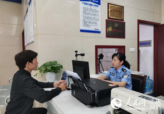 江北公安分局民警为群众办理身份证。资料图