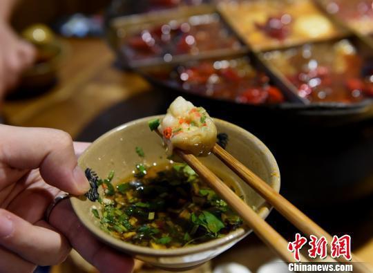 图为食客品尝麻辣双椒口味的汤圆。 周毅 摄