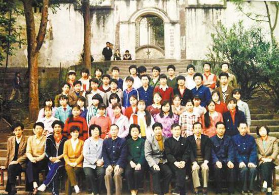 刘传健中学时期和老师同学的合影(红圈处为刘传健)。夏祥洲 周邦静 翻拍