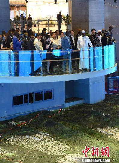 图为乍得总统伊德里斯·代比一行在重庆市规划展览馆内参观。 周毅 摄
