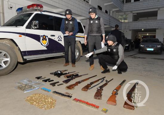 △警方缴获大量枪支弹药