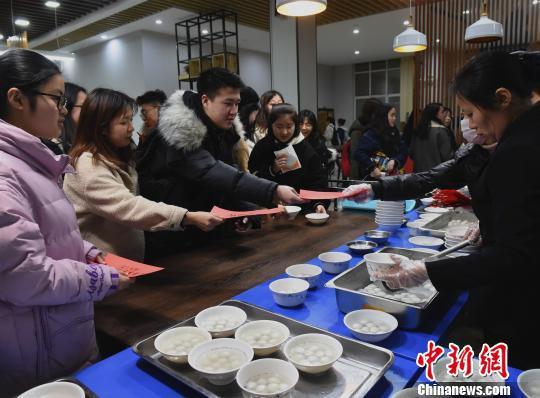 图为重庆大学学生在学校食堂吃汤圆庆元宵。 周毅 摄