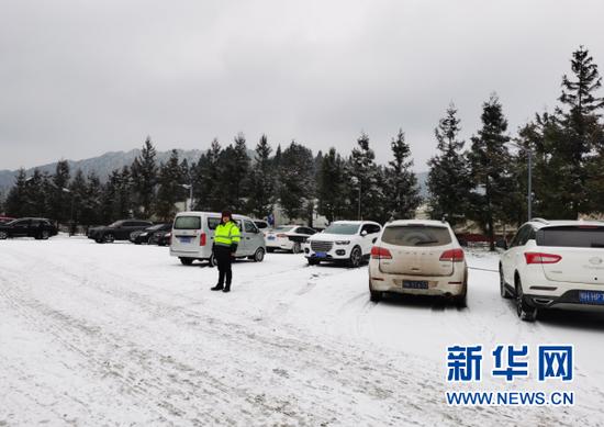 G50沪渝高速石忠辖区大范围降雪,此前因湖北交通事故导致交通管制,大面积车辆积压在服务区。新华网发