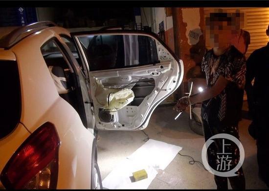 △民警从运毒车辆后门夹层中发现的高纯度海洛因
