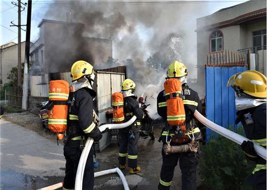 消防官兵对火情进行处置。潼南消防供图 华龙网发