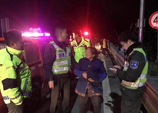 九旬老人晚上闯入高速公路。图片来源:重庆交通执法总队高速公路第二支队七大队