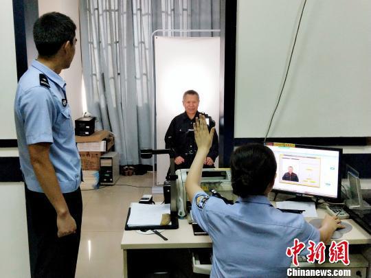 图为黄锦勳正在办理申领居住证业务。 王远程 摄