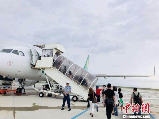图为乘客在关西机场登机返回重庆。春秋航空供图