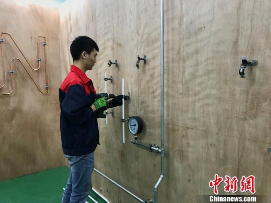"""图为""""世赛班""""学生参与管道与制暖项目训练。 钟旖 摄"""