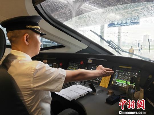 重庆至香港高铁首发司机张林有着27年火车驾驶经验,渝贵铁路开通时,他也是作为首发司机驾驶重庆至贵阳的首趟列车,现已安全驾驶近4000趟高铁动车组。 徐中友 摄