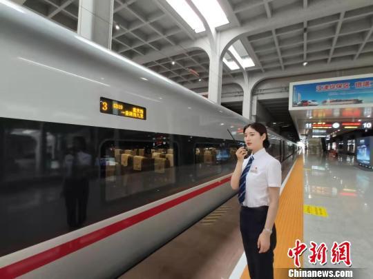 图为重庆西站工作人员正在指引乘客上车。 汪亮 摄