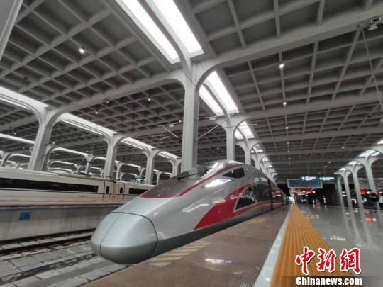图为首趟重庆至香港高铁复兴号列车。 汪亮 摄