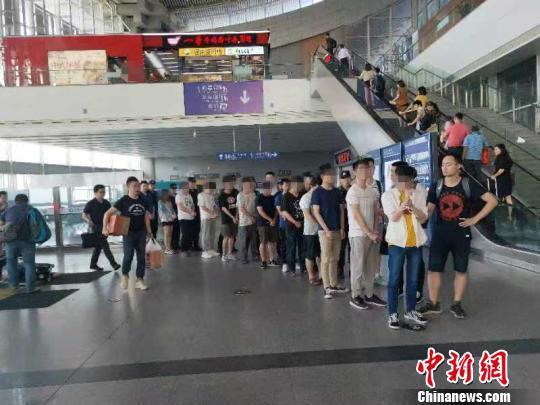 图为民警将嫌疑人押解回重庆。警方供图