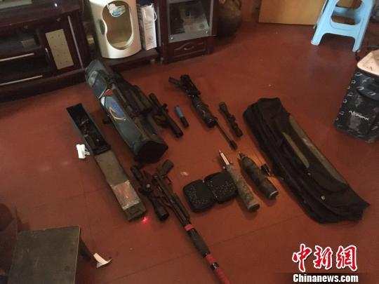 图为警方缴获的部分枪支。警方供图
