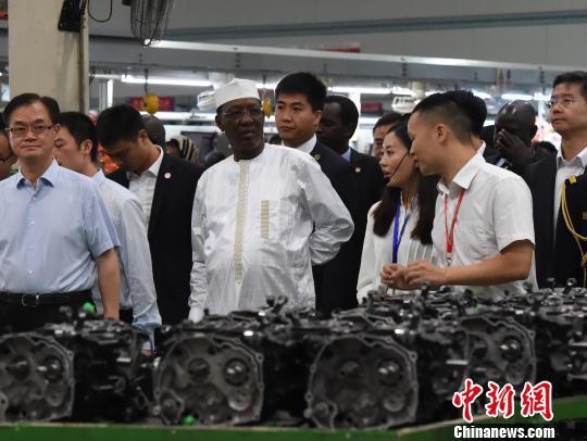 图为乍得总统伊德里斯·代比一行在重庆知名汽车企业内参观。 周毅 摄