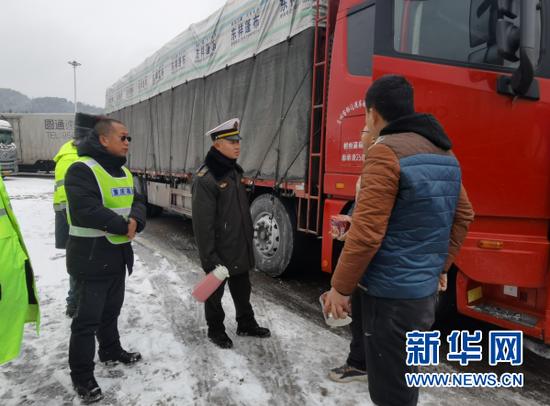 重庆高速相关负责人赶往现场指导除雪保畅工作,并为滞留司乘人员送热水、方便面。新华网发