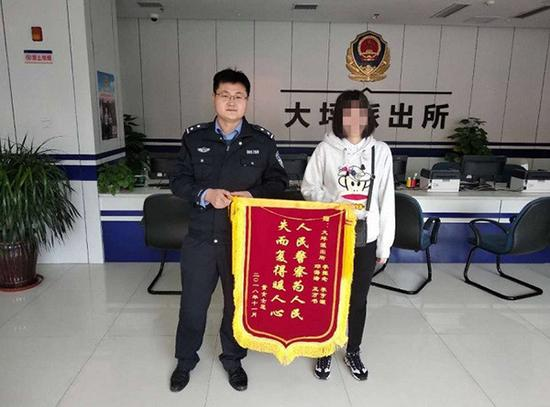 董女士给民警送去锦旗。 渝中警方 供图