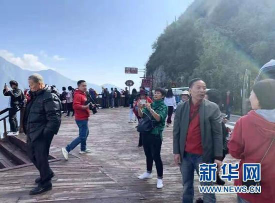 图为山东烟台游客体验重庆美景。新华网 发(王法武摄)