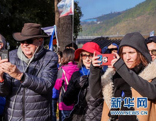 图为外籍游客在景区拍照留念。新华网 陶玉莲 摄