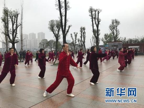 市民在龙景湖公园锻炼。新华网发(邵雨涵 摄)