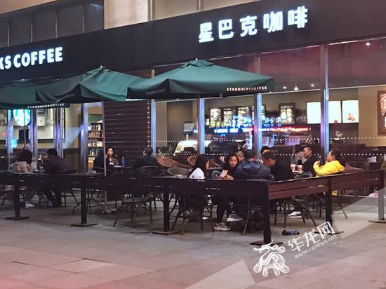 位于南坪上海城的星巴克,晚上9点多依然有不少顾客。记者 周晓雪 摄