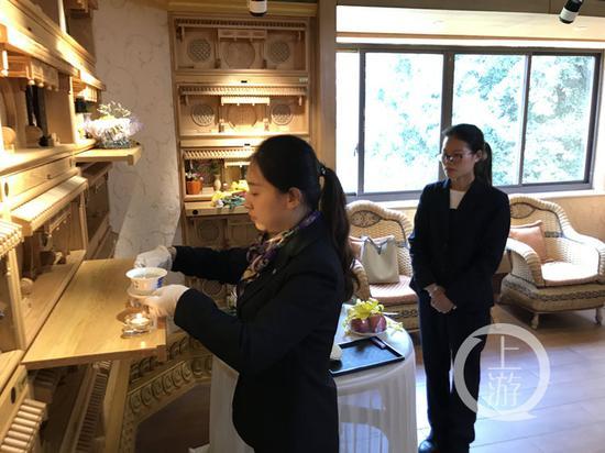 △4月1日,重庆南山福座的塔陵,工作人员任廷敏(左)和石思玉(右)在做代客祭祀前准备。