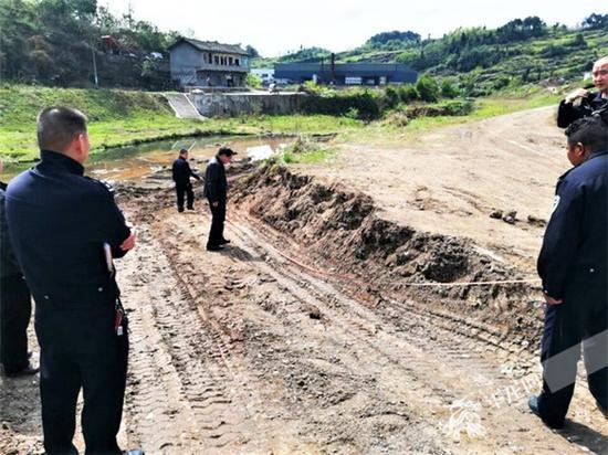 民警对现场进行测量。北碚警方供图 华龙网发