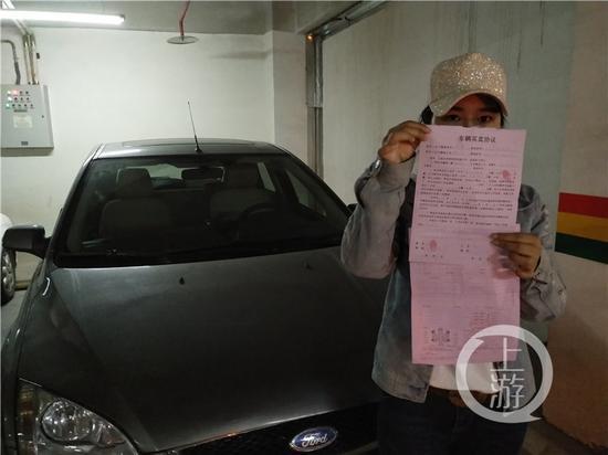 △邹小姐展示购车协议和维修清单