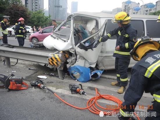 事故现场,面包车的车头被撞变形,驾驶员等人被困。渝北区交巡警支队供图