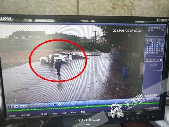 5月2号早上7点过,小李送老丈人一行人下山的监控视频。华龙网记者 许焱雄 摄