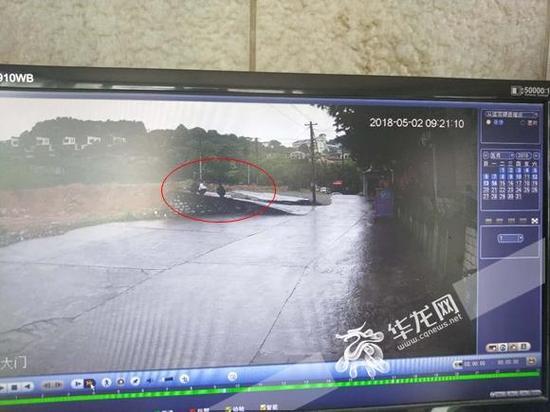 上午9点过,小李父亲一行人在山庄外等待。华龙网记者许焱雄摄