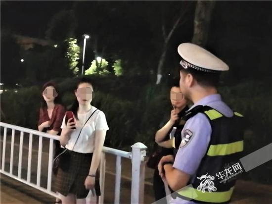 女孩讲述站在马路上拍摄视频的原因。沙坪坝警方供图 华龙网发