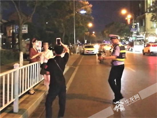 民警劝离三名女孩。沙坪坝警方供图 华龙网发
