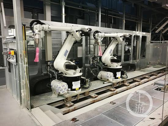 △金康汽车生产车间机器人手臂已经安装到位