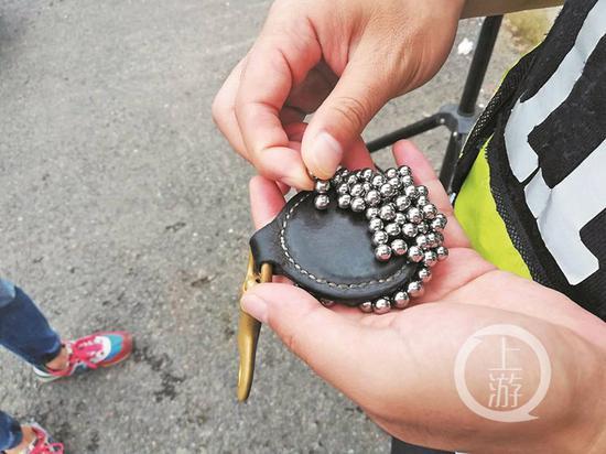 △警方收缴的钢珠。