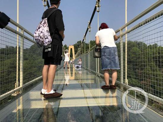△游客体验玻璃桥