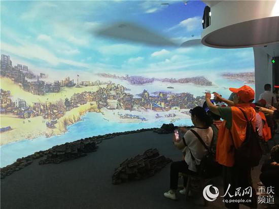 """市民在""""红岩记忆——数字体验厅""""观看裸眼3D影片《重庆大轰炸》。"""