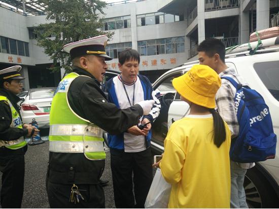 执法人员对乘客乘坐非法营运车辆的经过进行询问