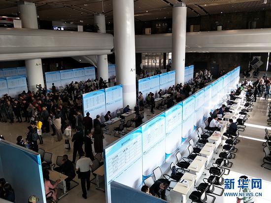 10月10日,重庆重点用工企业与全国职业院校暨校企合作人才对接洽谈会现场。新华网发(主办方供图)