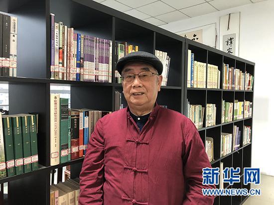 """图为杨武能在重庆图书馆""""杨武能文献室""""内。新华网 陶玉莲 摄"""