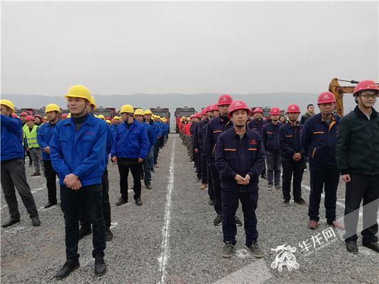 参加开工活动的企业工人。记者 李天春 摄