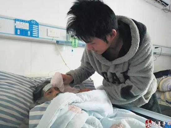 汪小枫给母亲洗脸