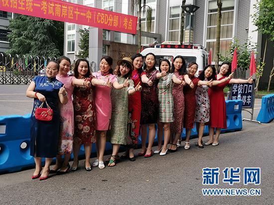 重庆市第十一中学高三(6班)旗袍妈妈合影。新华网发(潘亚芬 摄)