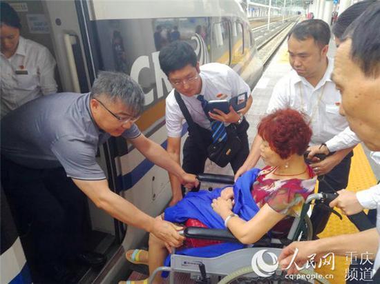 到站后,左国庆将患者送出列车。 受访者供图
