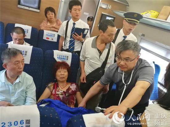 列车上,左国庆为患者检查。 受访者供图