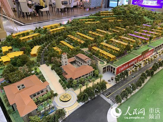 """在龙洲湾1号售楼部,沙盘上标注着""""此模型仅供参考,以实际交房为准""""字样。刘政宁 摄"""
