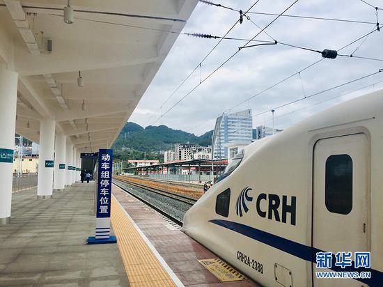 准确驶入黔江站停车位置 新华网发(黄松 摄)