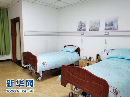 照护中心配置了家居式床。新华网 欧阳虹云 摄