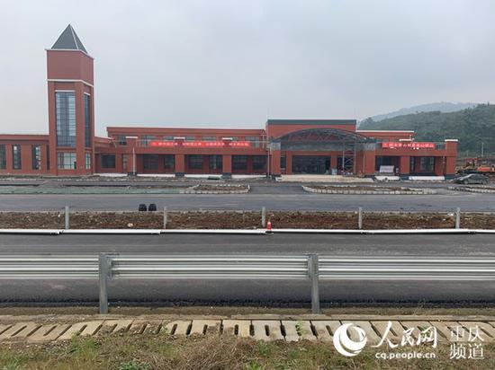 正在加紧施工的荣昌广富服务区。刘政宁 摄