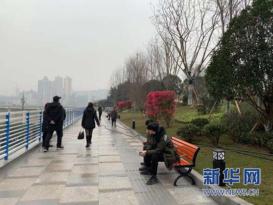 江北区嘉陵江大桥北桥头公园正式开放,市民又多了一处休闲好去处。新华网发(赵丁颐 摄)